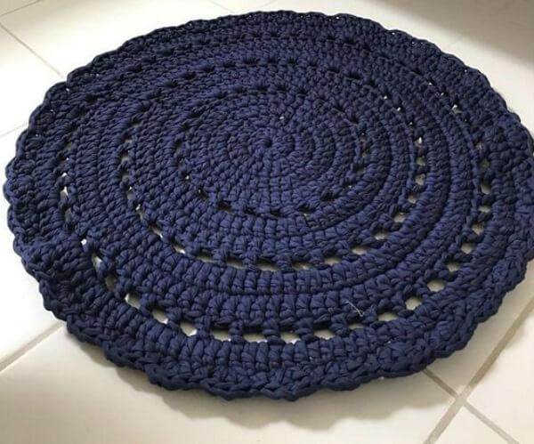 Tapete de crochê em tom azul marinho