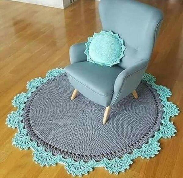 Tapete de crochê em tom cinza com acabamento em azul