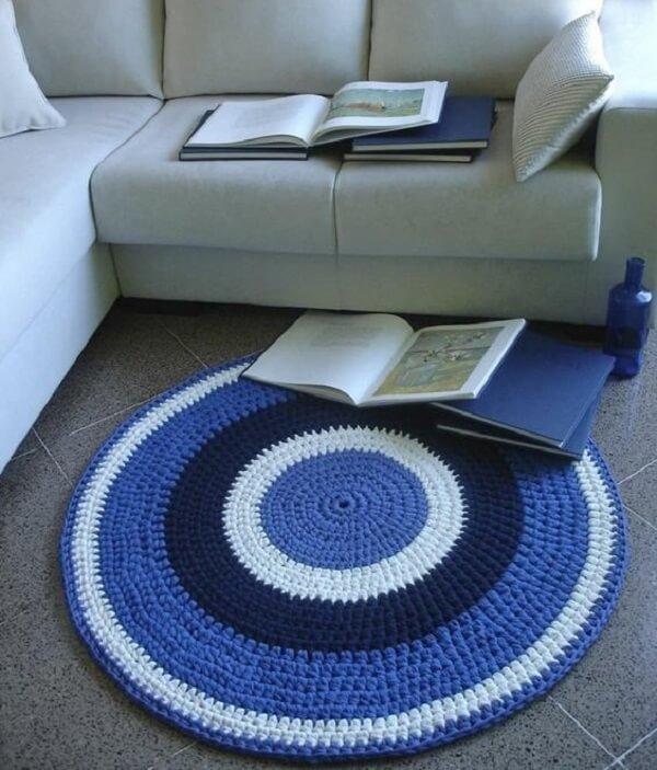 Tapete de crochê em tons de azul e branco para sala de estar