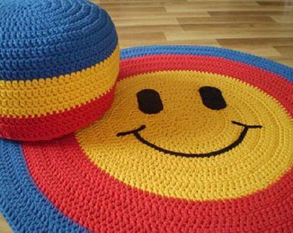 Tapete de crochê redondo colorido com Smile