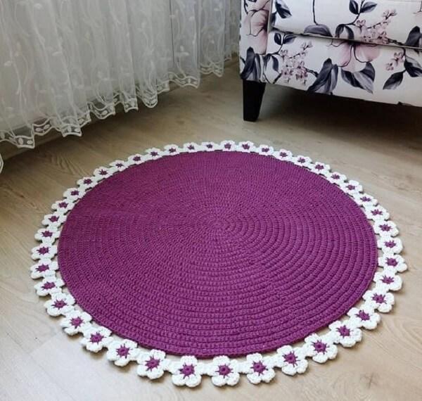 Tapete de crochê redondo com acabamento em flores