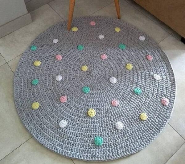 Tapete de crochê redondo com detalhes coloridos