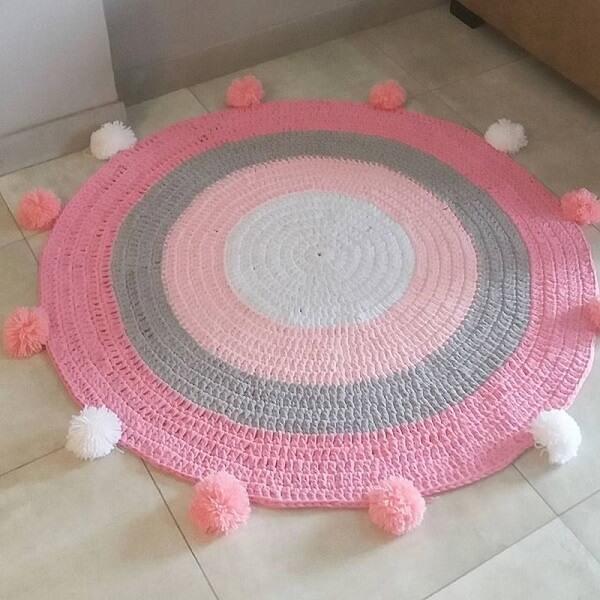 Tapete de crochê redondo com pompom