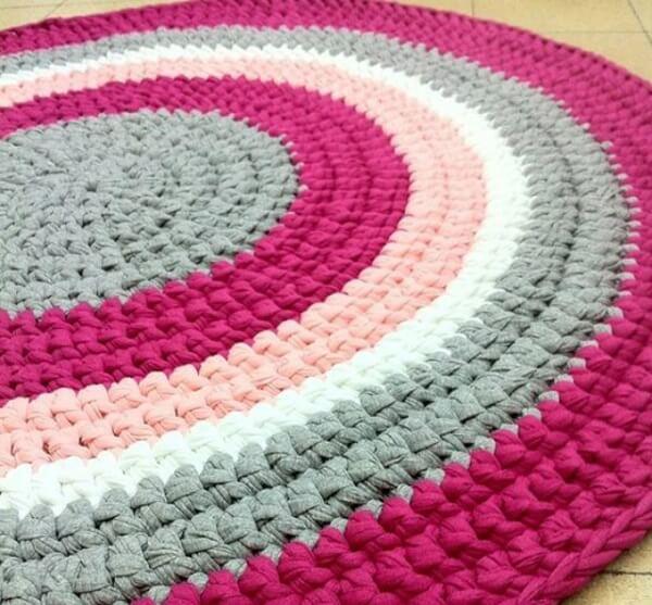 Tapete de crochê redondo mesclando tons de rosa claro, pink, cinza e branco