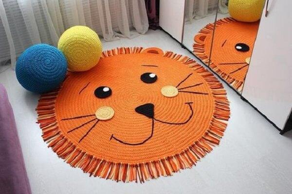 Tapete de crochê redondo segue o desenho de um leão
