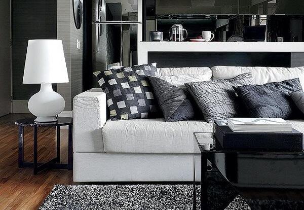 Tapete preto e branco peludo para sala de estar