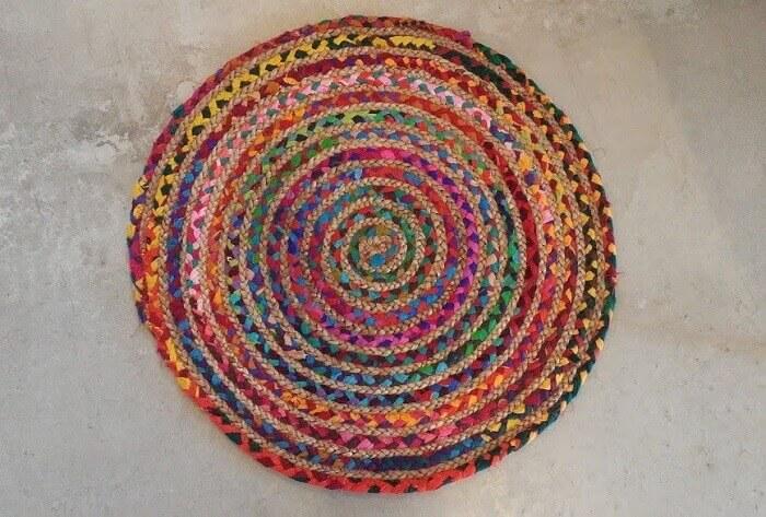 Tapete sisal colorido com design criativo em formato redondo