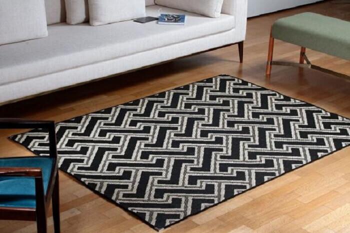 Tapete sisal colorido mesclando as cores preto, branco e cinza