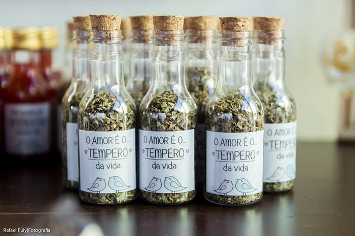 Temperos e ervas foram utilizadas como lembrancinhas da festa Chá Bar