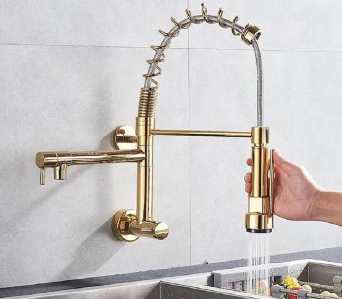 Torneira gourmet de parede gold encanta a decoração da cozinha