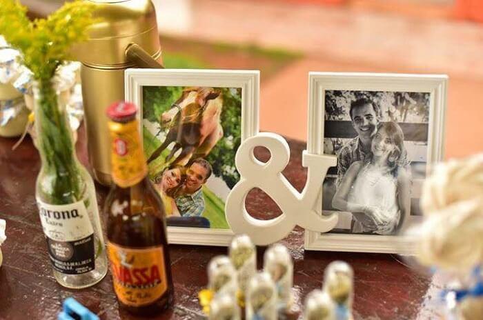 Use porta retrato com fotografias do casal para decoração do Chá Bar