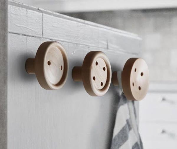 Gancho de parede com desenho de botões