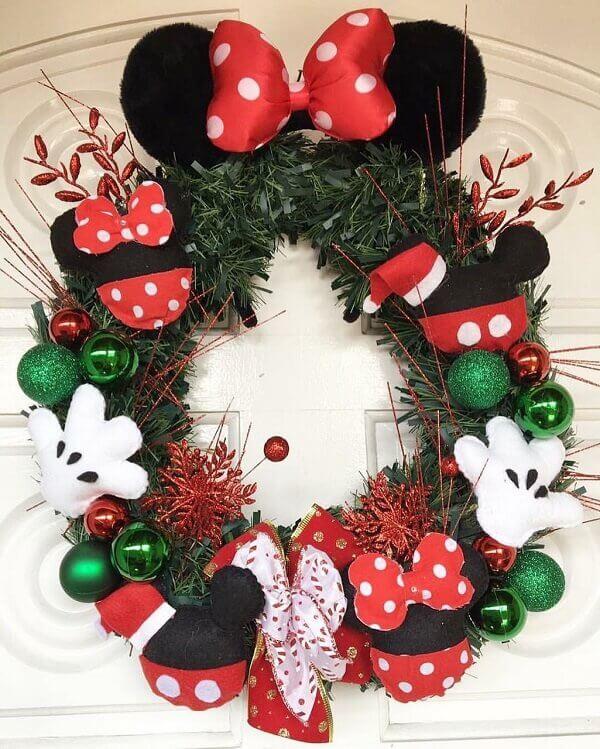 Guirlanda de Natal feita com elementos da Disney