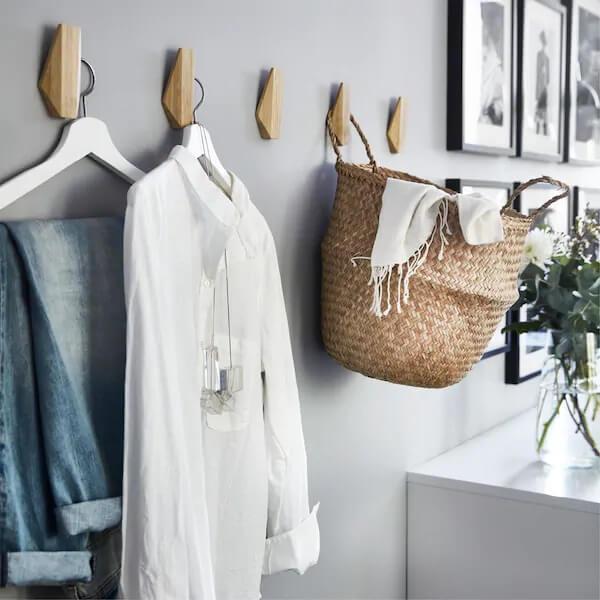 Gancho de parede feito em madeira com design delicado