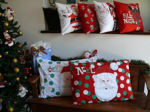 Diferentes modelos de almofada de Natal decoram esse ambiente