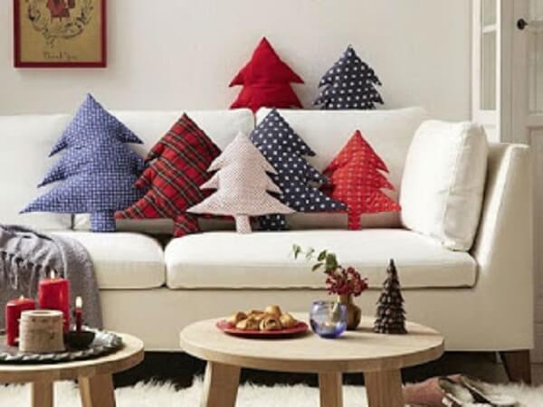 As almofadas de Natal transmitem alegria para essa sala de estar