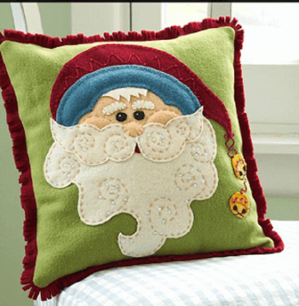 Almofada de Natal feita com tecido de feltro forma o rosto do Papai Noel