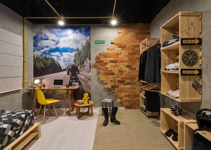 ambiente no estilo industrial com nichos de madeira de caixote