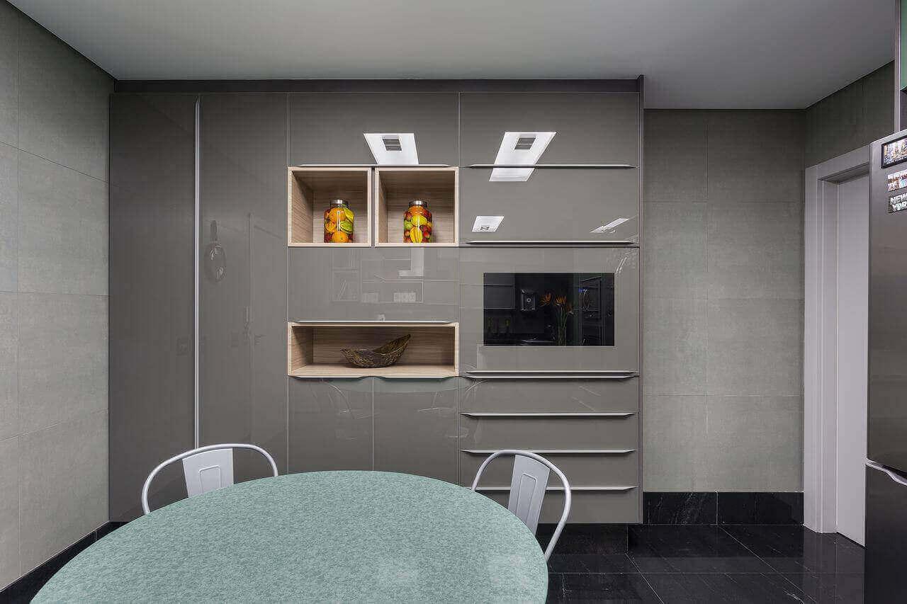 armário cinza com nichos de madeira