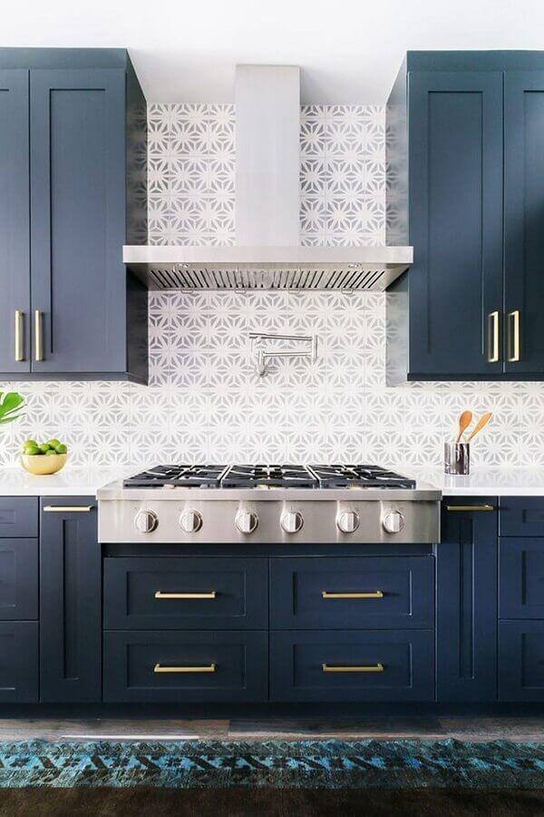 armário de cozinha azul marinho com puxadores dourados Foto Pinterest