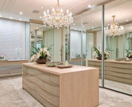 armários com portas espelhadas e lustre de cristal para decoração de closet luxuoso Foto Brandani Decore