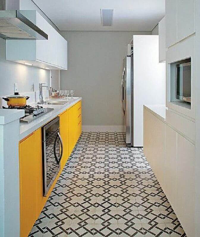 armários planejados para cozinha amarela e branca com piso estampado Foto Construção e Design