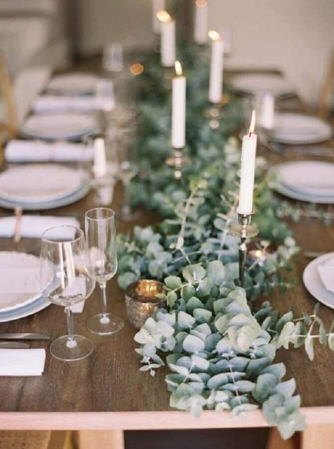 arranjo com folhagens e velas para mini wedding Foto GuiaNoiva