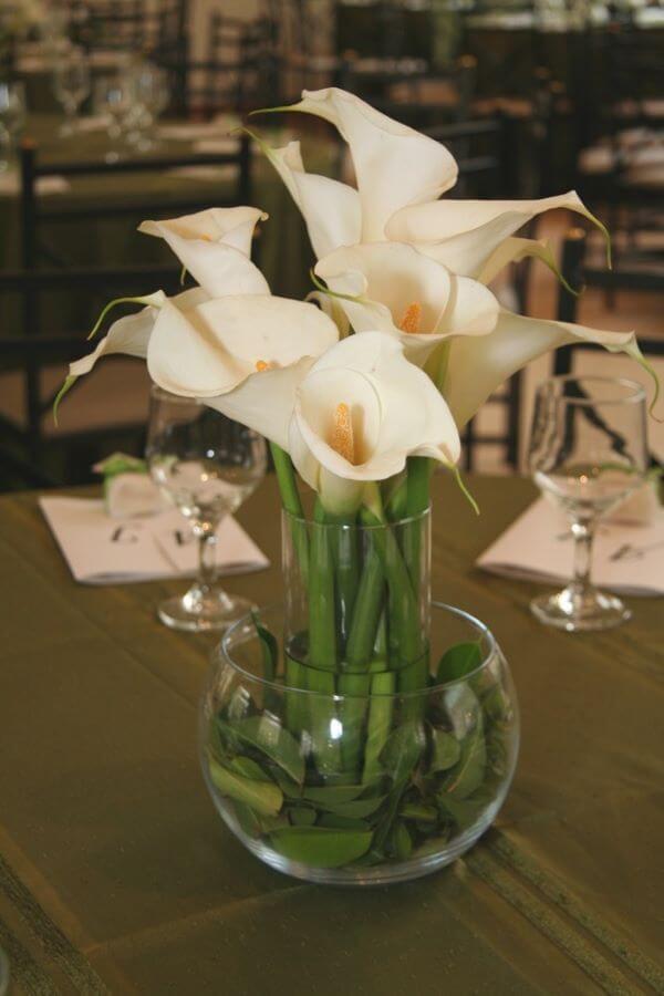 Arranjo de copo de leite para decoração da mesa