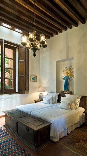 baú - baú de madeira escura e parede neutra com quadros