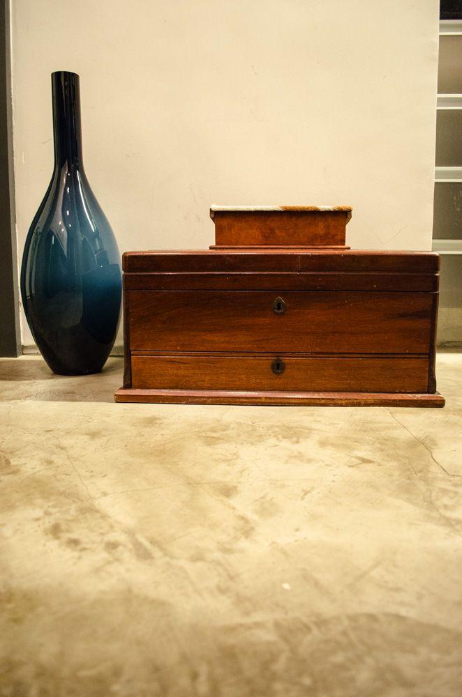 baú - baú de madeira em mesa de mármore
