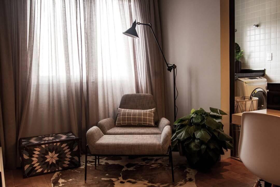 baú - cortina com tecido claro e luminária de piso preta