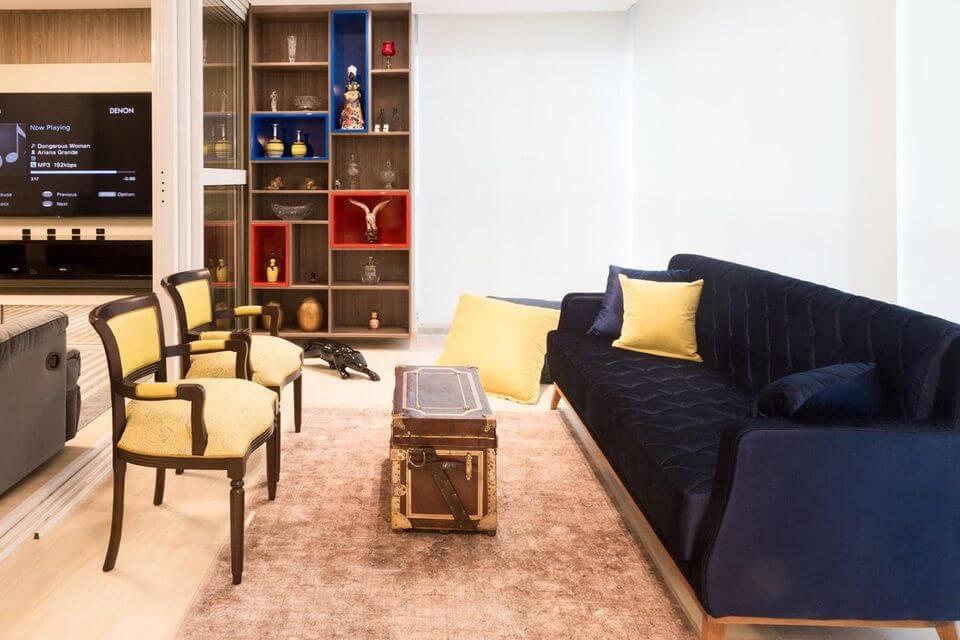 baú - estante com nichos coloridos e sofá azul marinho