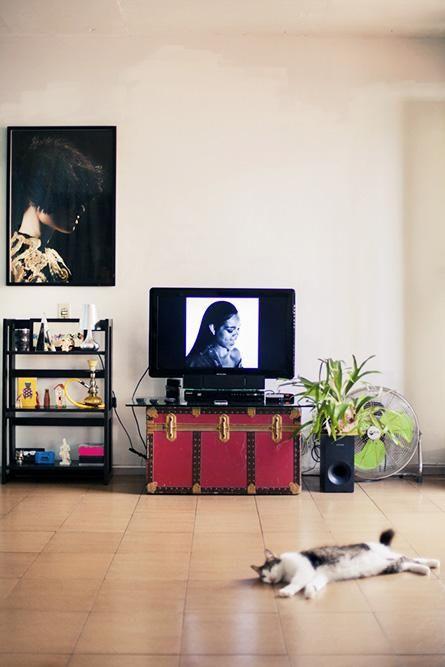 baú - rack feito de um baú antigo e poster na sala de estar