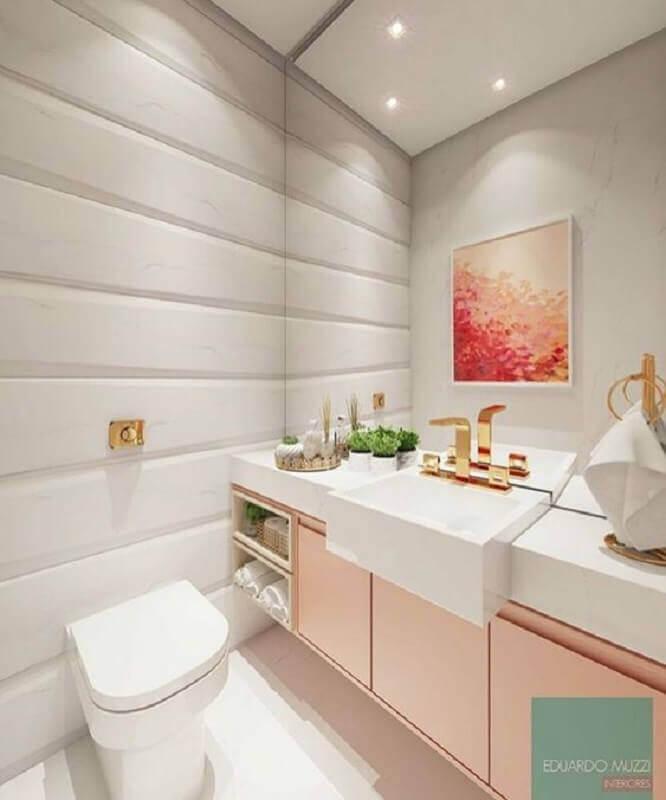 banheiro feminino decorado com gabinete rosa e torneira dourada Foto Eduardo Muzzi