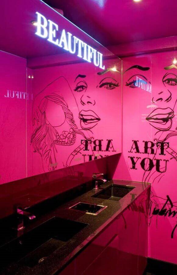 banheiro feminino decorado com parede pink e bancada preta Foto We Heart It