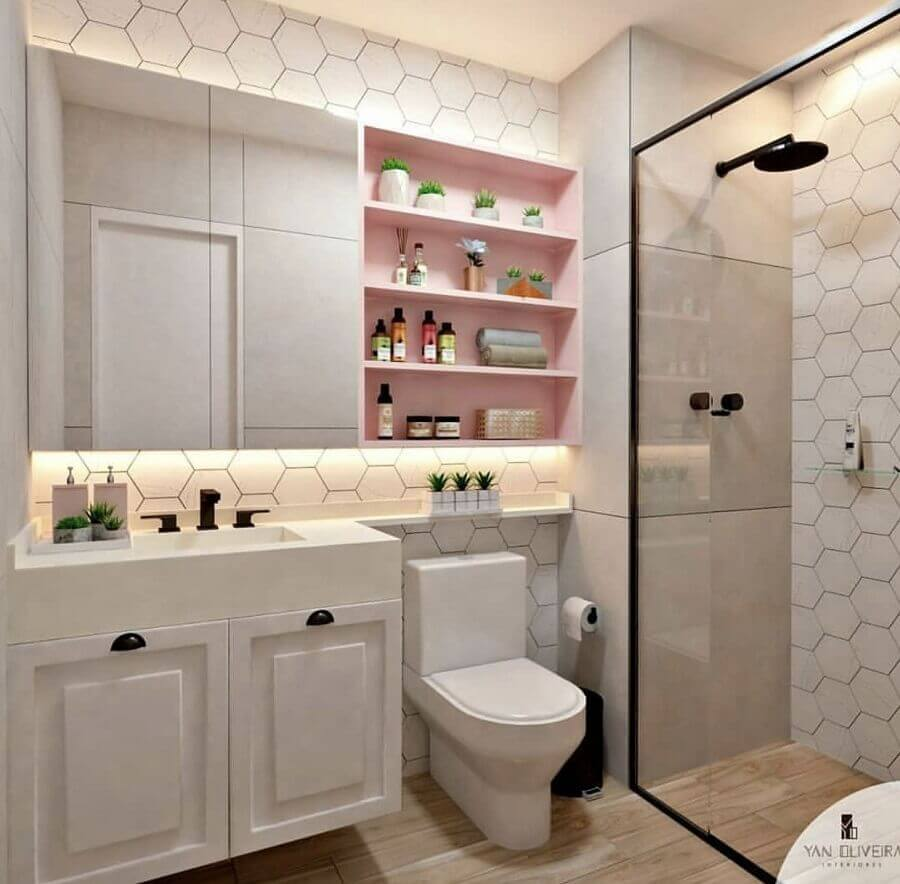 banheiro feminino decorado com revestimento hexagonal e nichos cor de rosa Foto Yan Oliveira