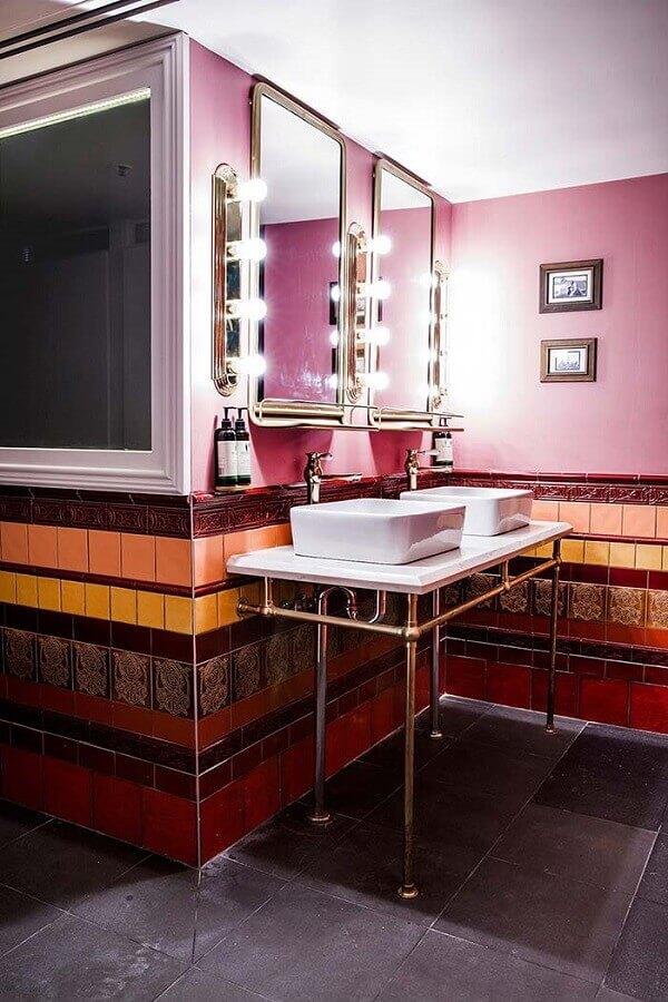 banheiro feminino decorado com revestimentos diferentes Foto The Architecture MasterPrize