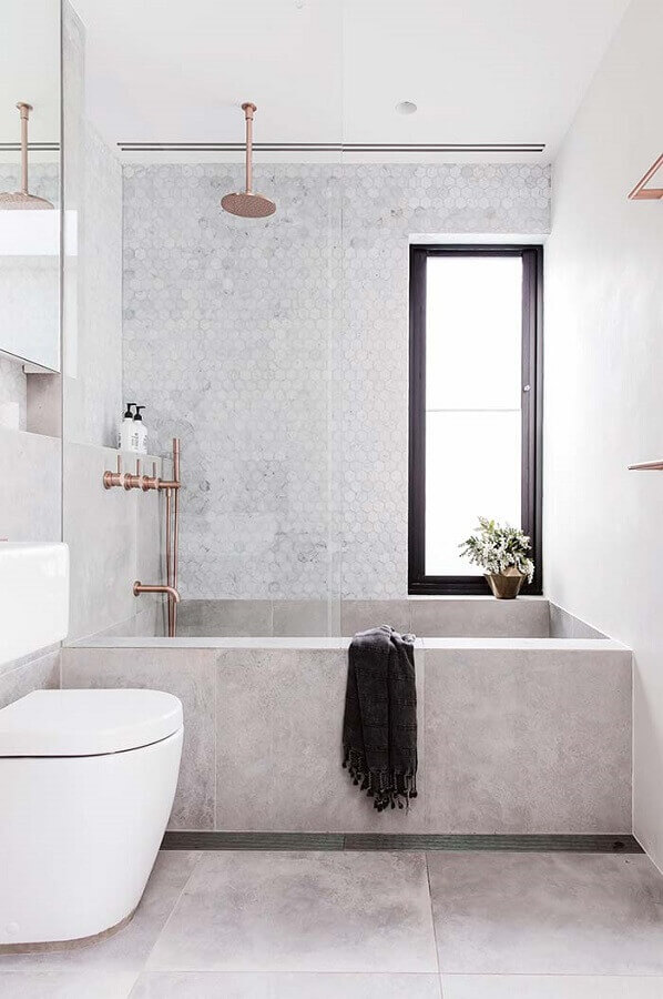 banheiro feminino decorado todo branco com detalhes em rose gold Foto Mi Casa
