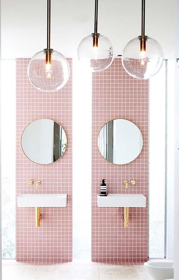 banheiro feminino rosa decorado com detalhes em dourado Foto Lonny