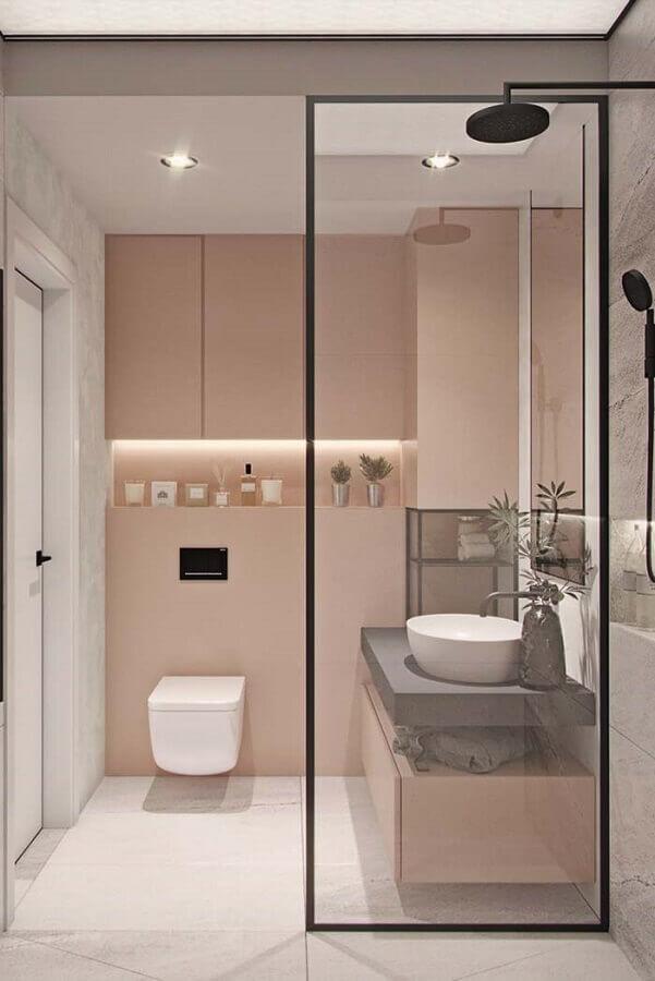 banheiro feminino rosa e cinza moderno decorado com chuveiro preto Foto Pinosy