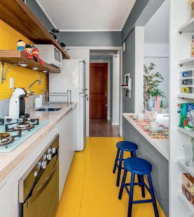 banqueta azul para cozinha amarela e branca pequena Foto Espaço Casa