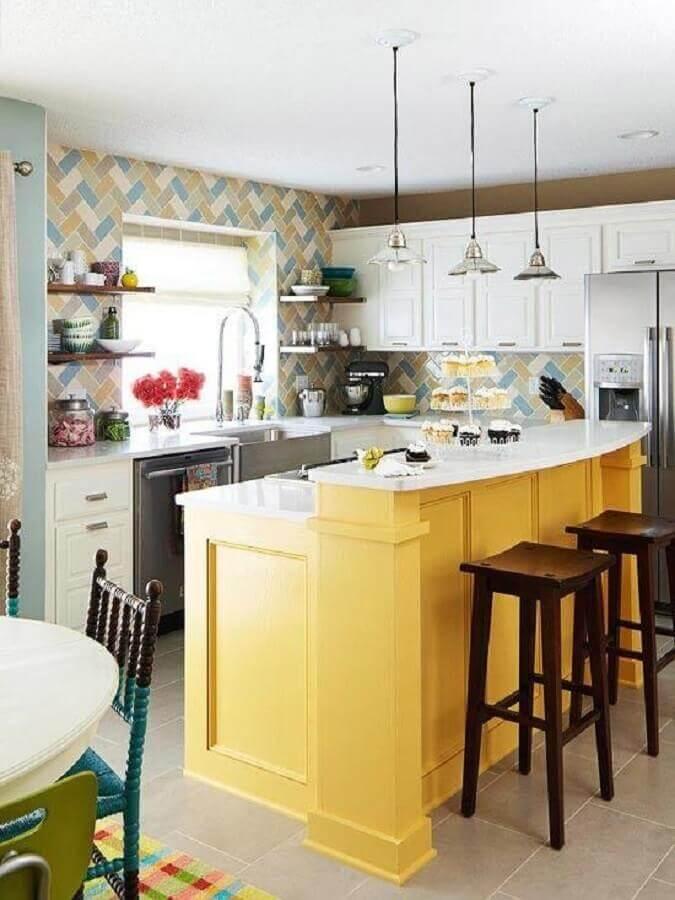 banqueta de madeira para cozinha amarela com revestimento colorido Foto White Hat Architecture