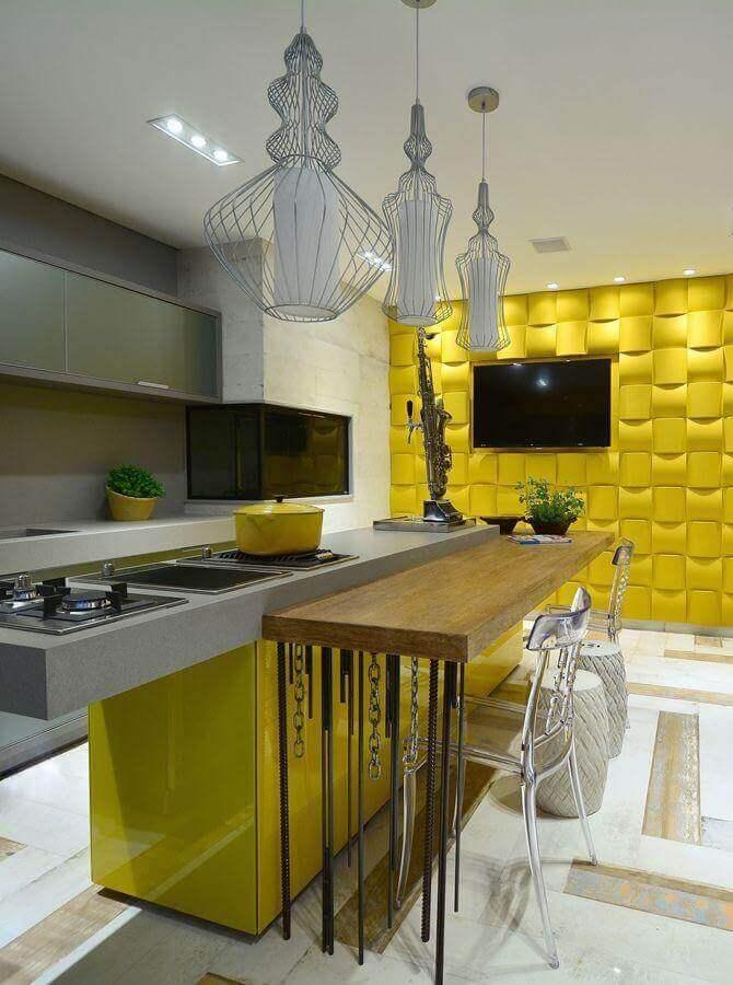 banqueta para cozinha amarela com bancada de madeira Foto Assetproject