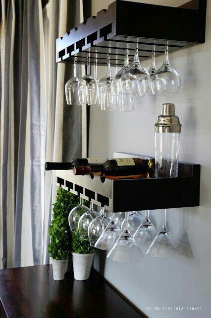 Barzinho de canto de parede com as taças penduradas para servir vinhos