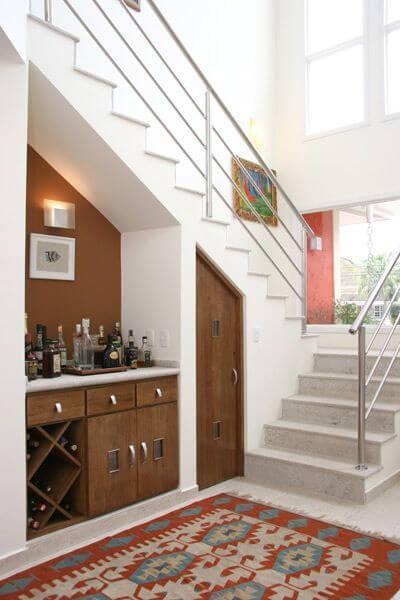 Barzinho de canto de parede abaixo da escada