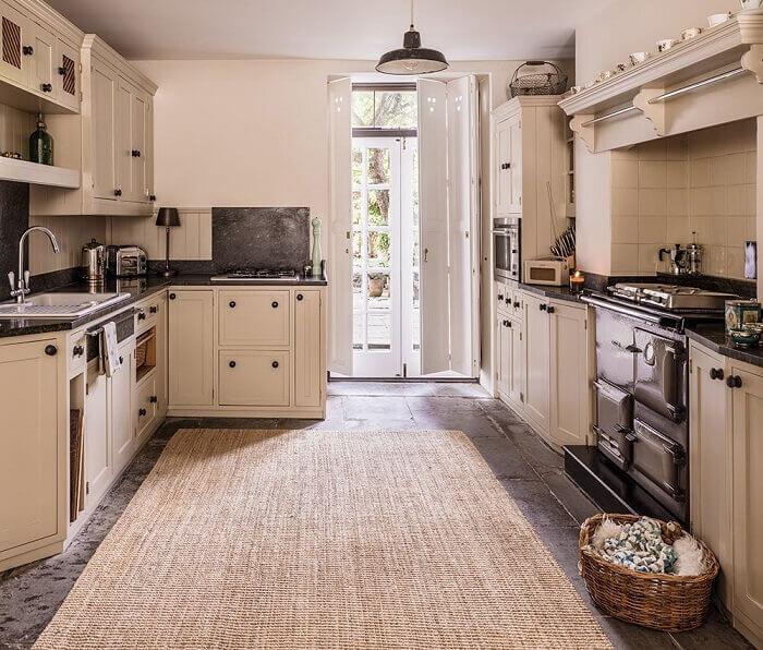 Cozinha ampla com tapete sisal posicionado no centro do cômodo