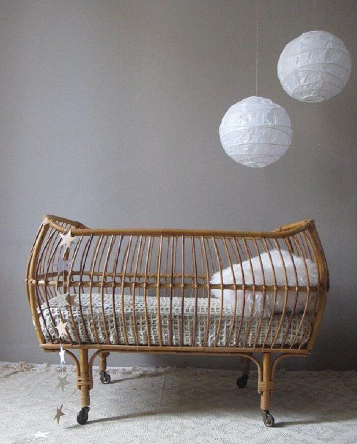 Berço de vime com rodinhas que facilitam a movimentação do bebê