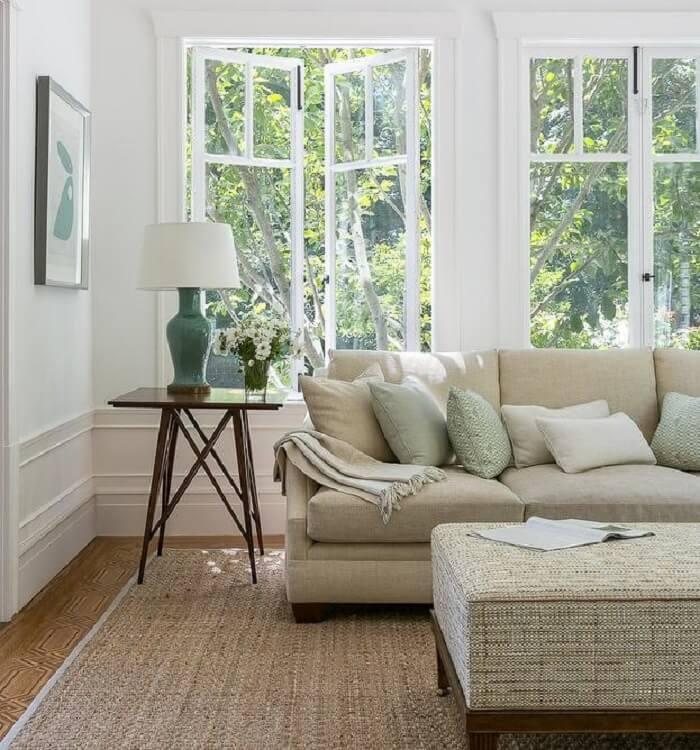Sala de estar com janelas amplas e tapete sisal