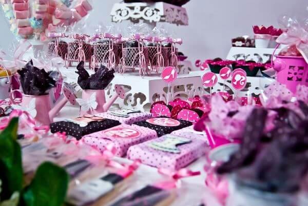 Bolo de festa da barbie preto e rosa