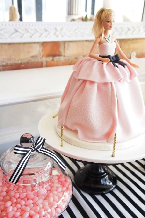 Bolo com a boneca barbie para decorar a festa da barbie simples e barata